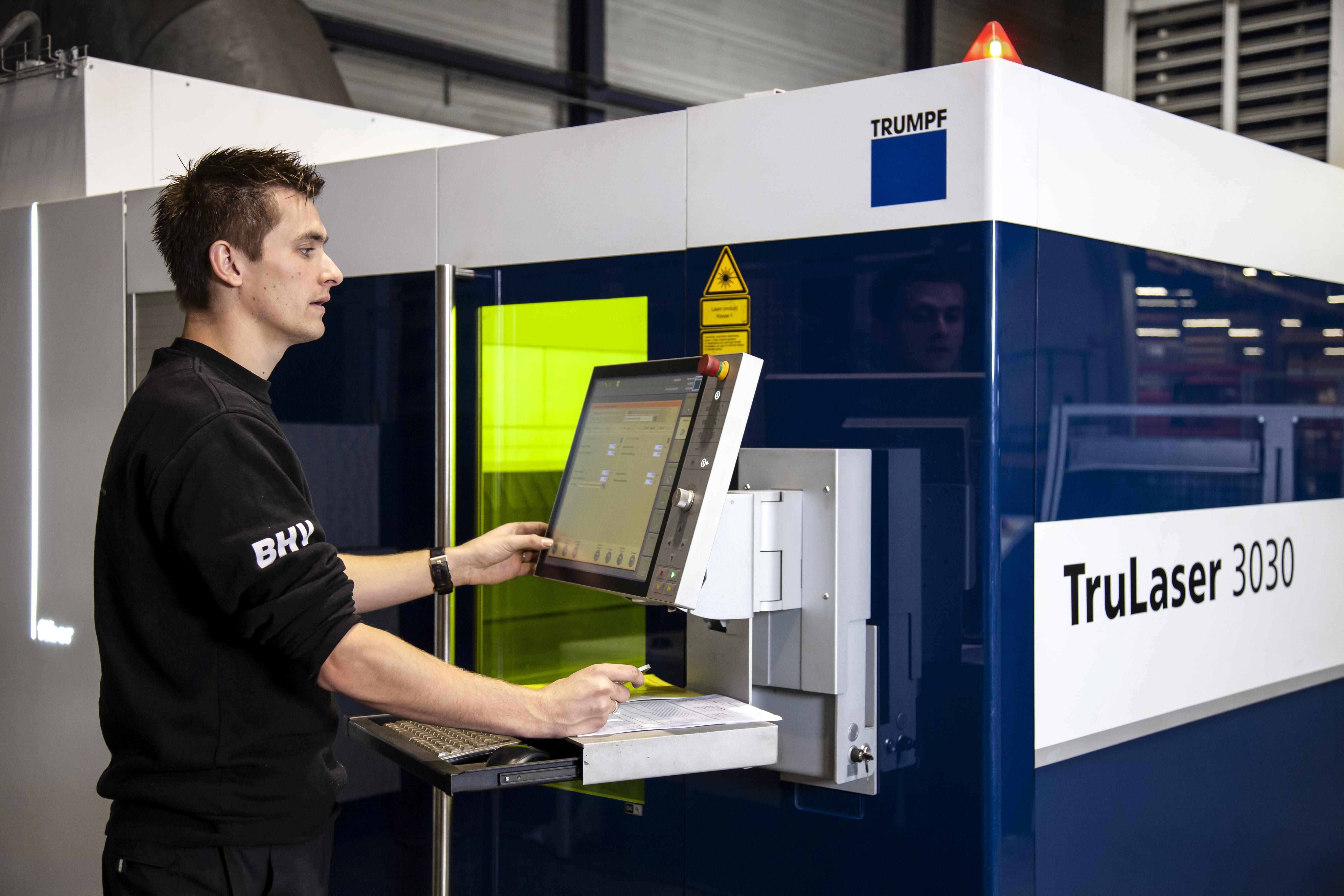 lasersnijden trumpf machine en medewerker